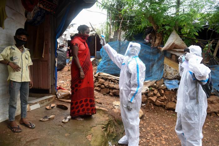 Medicii verifică temperatura unui localnic, India