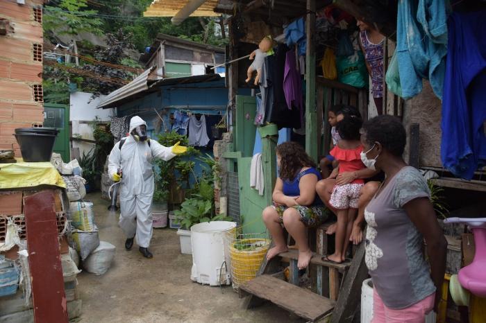 Locuitorii din favela Santa Marta, din Botafogo, în zona de sud a Rio, își fac propria curățenie stradală pentru a preveni extinderea Covid-19