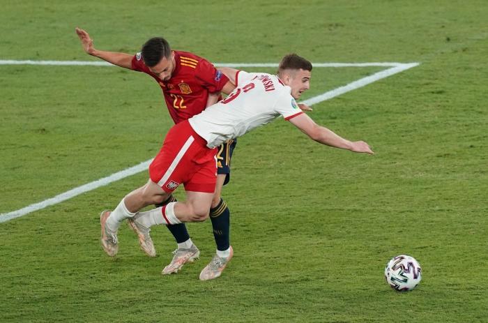 Pablo Sarabia din Spania și Kacper Kozlowski din Polonia; stadionul La Cartuja, Sevilla, Spania - 19 iunie 2021