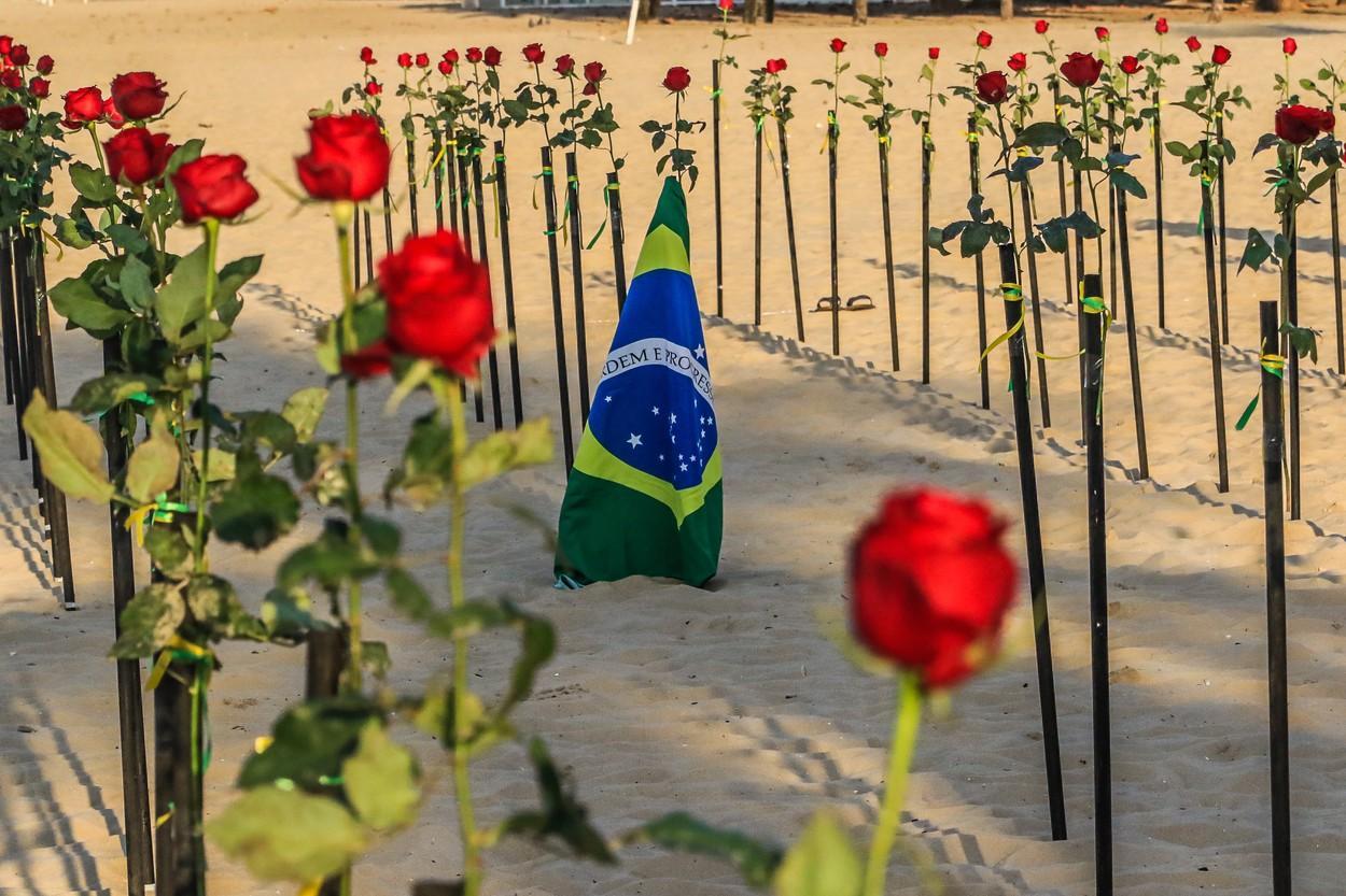 GALERIE FOTO Imagini spectaculoase în Brazilia: plaja Copacabana, acoperită cu trandafiri roşii în memoria victimelor Covid