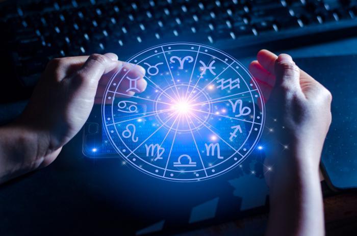 Semnele zodiacale pe fundal cu un laptop