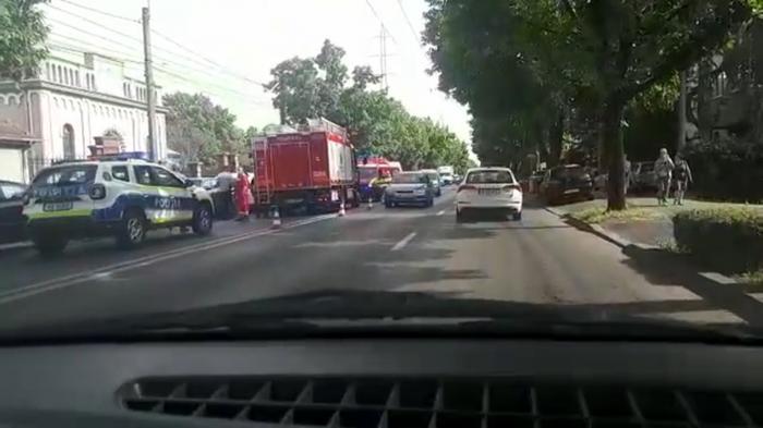 Carambol pe un bulevard din Timișoara, între un autobuz și șase mașini, din cauza neatenției. Două persoane au fost rănite