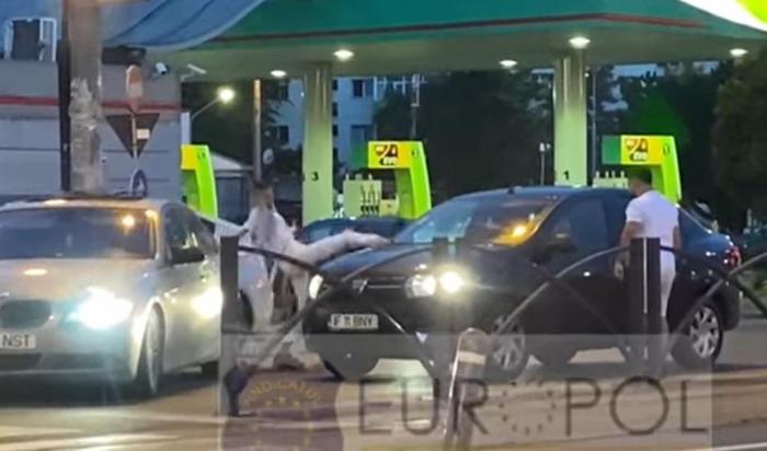 Bărbatul, care a atacat un şofer cu o crosă de golf, reținut. Partenera sa, care a scos o macetă din maşină, este căutată de polițiști