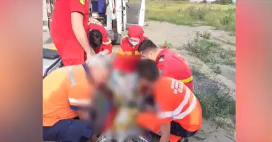 Un adolescent se zbate între viaţă şi moarte după ce era să se înece într-un puţ forat. Băiatul a fost resuscitat timp de 2 ore