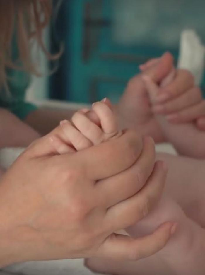 Gina Pistol, în brațe cu micuța Josephine, la câteva zile după botez