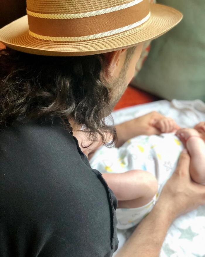 Gina Pistol, în brațe cu micuța Josephine, la câteva zile după botez. Fotografia a strâns zeci de mii de aprecieri