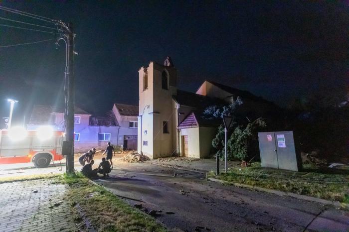 """Imaginile dezastrului, după tornada devastatoare din Cehia: """"Arată ca o zonă de război"""" - GALERIE FOTO"""