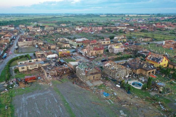 Imagini din dronă după tornada rară care a ras de pe fața pământului un sat din Cehia