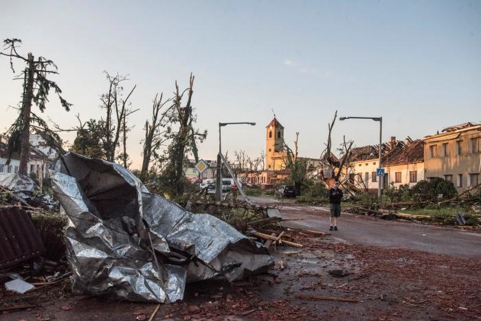 Imagini cu dezastrul lăsat în urmă de tornada rară care a lovit câteva localități din Cehia