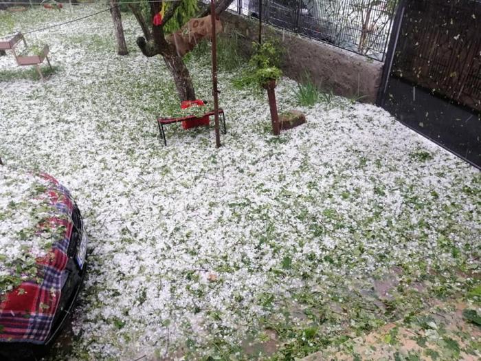 La Lita a căzut grindină de s-a albit pământul ca după o ninsoare