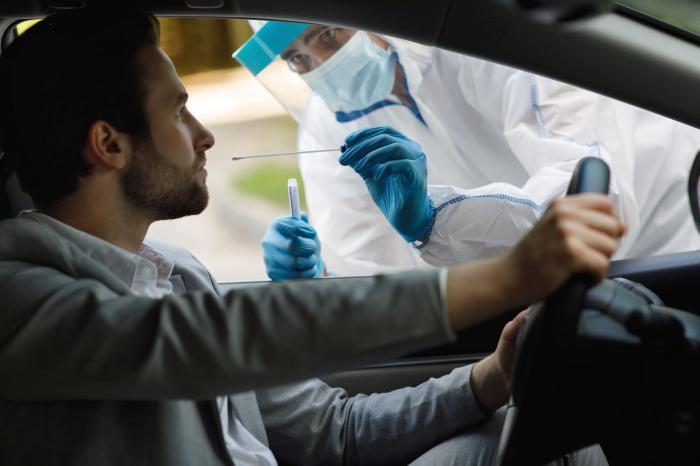 Testare coronavirus la un centru drive-thru