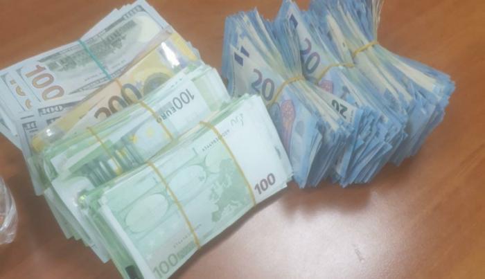 Un tânăr din Craiova prins în Piaţa Romană cu o sacoşă cu 320.000 de euro. Un şofer a aruncat un pachet cu bani în maşina sa