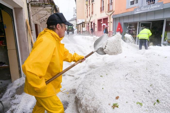 Groază pe străzi, într-un oraş din Franţa. Strat de gheaţă de peste jumătate de metru, în Plombières-les-bains