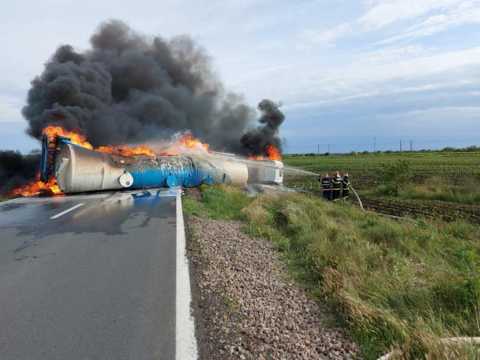 Mai mulţi pompieri intervin pentru stingerea incendiului la o cisternă cu motorină răstrunată