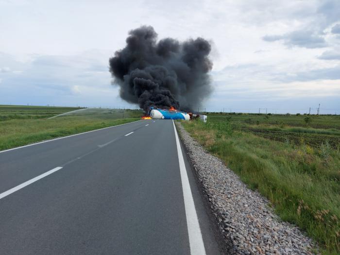 Cisternă cu motorină, în flăcări pe DN 21 A. Traficul este blocat în totalitate