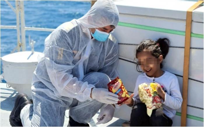 O fetiță afgană de 4 ani a fost salvată de poliţiştii români de frontieră, de pe un pescador supraaglomerat din Marea Mediterană