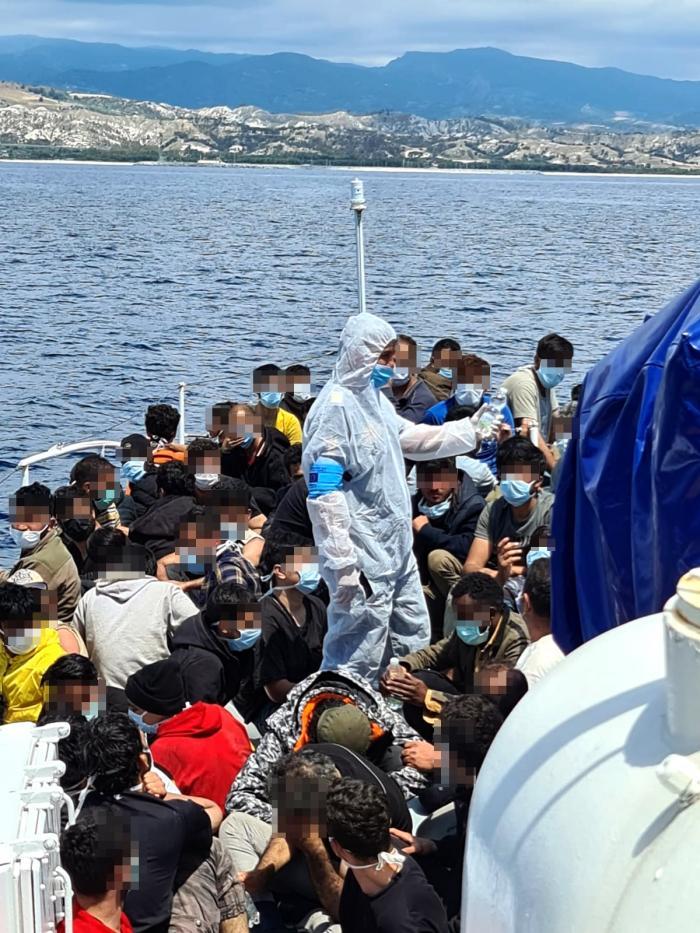 Pescador supraaglomerat cu imigranti, în Marea Mediterană