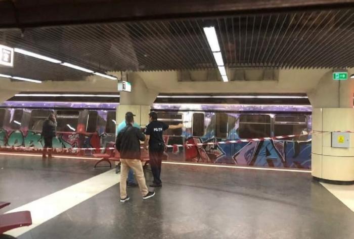 O tânără de 20 de ani s-ar fi aruncat în faţa metroului, în staţia Lujerului. Fata a fost scoasă de sub tren în viață