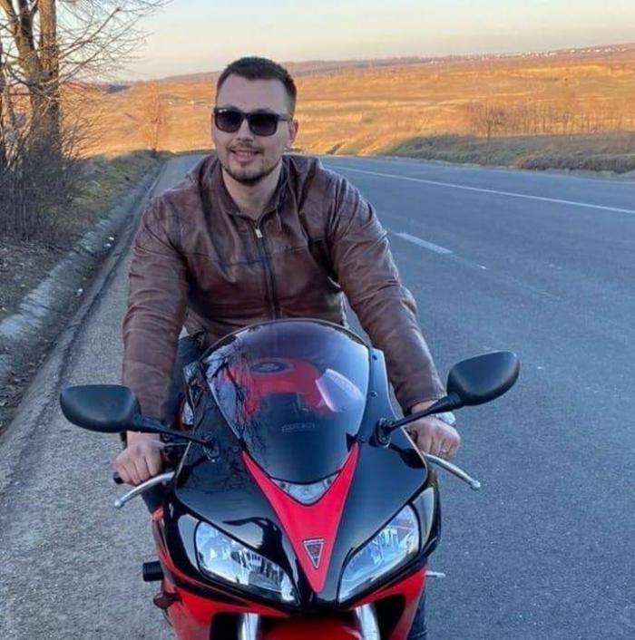 Liviu a murit pe loc, după ce a intrat cu motocicleta în maşina unchiului său, în Botoşani. Tânărul era voluntar şi a ajutat sute de copii şi bătrâni