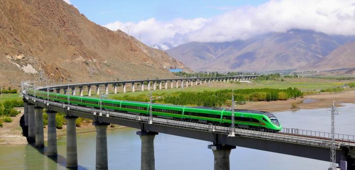Noua linie de trenuri de mare viteză din Tibet: pasagerii au nevoie de oxigen suplimentar. 47 de tuneluri şi 121 de poduri