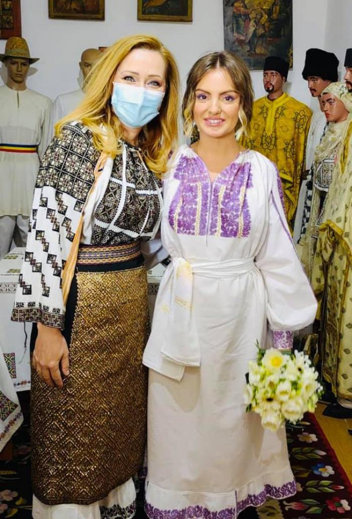 Primele imagini de la cununia Alexandrei Stan. Primăriţa Elena Lasconi a oficiat căsătoria: ''Mr. Saxobeat este din Câmpulung''