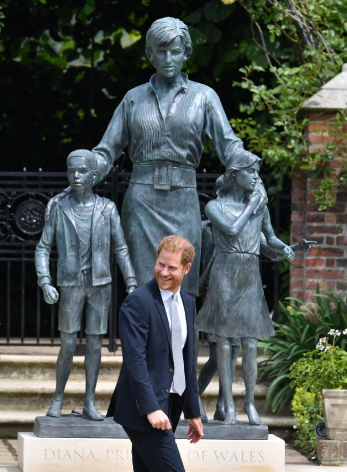 Prinţul Harry şi prinţul William au participat împreună la dezvelirea statuii mamei lor.