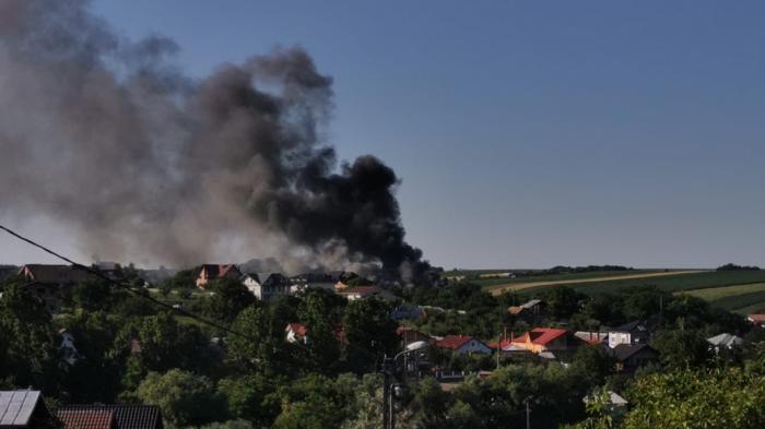 Patru maşini au ars în totalitate în Botoşani, după ce garajul în care se aflau a luat foc