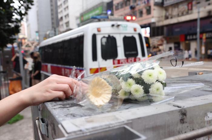 Locuitorii Hong Kong auadus omagii unui bărbat care a înjunghiat un poliţit