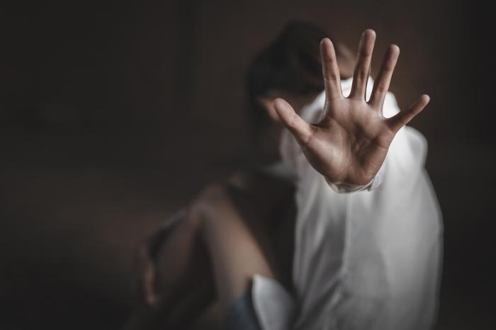 Copilă de 10 ani, victima unui viol în grup într-o toaletă publică din Ploieşti