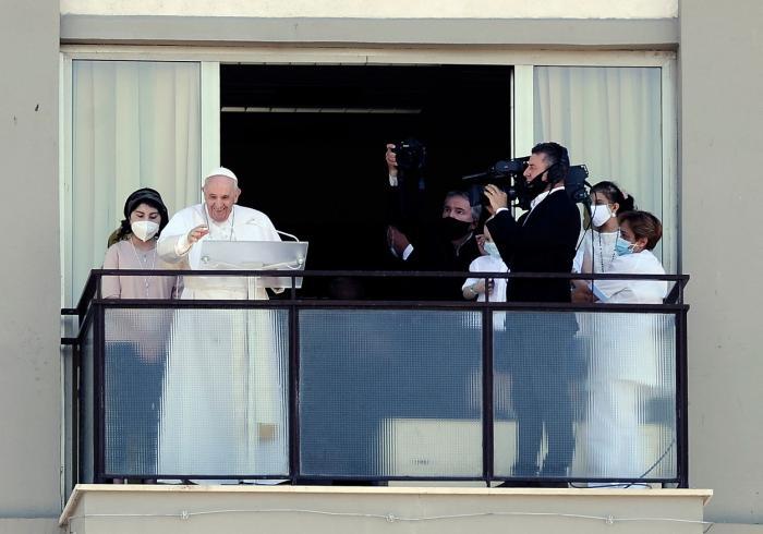 Papa Francisc a apărut în faţa credincioşilor pentru prima dată după operaţie