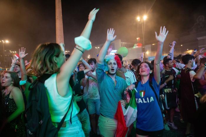 Fanii italieni au început petreceri de stradă în toată țara imediat după loviturile de pedeapsă