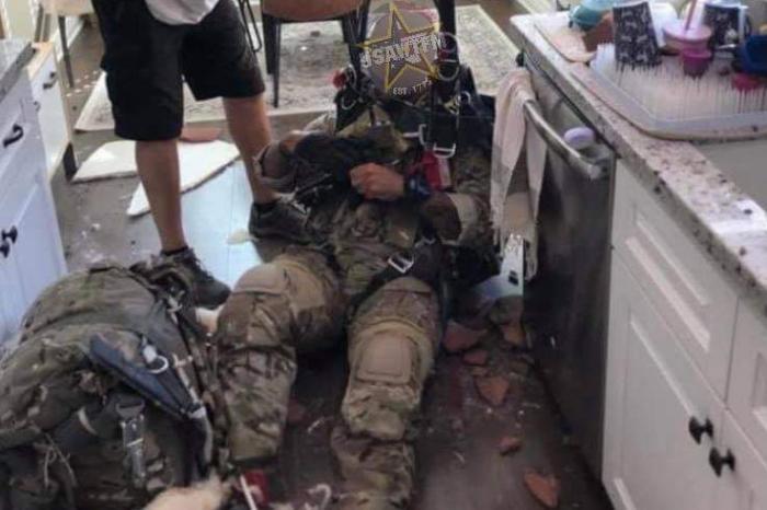 Un parașutist a ratat aterizarea și a căzut prin acoperișul unei case, în California. În ce stare a fost găsit bărbatul, soldat la o bază militară din apropiere