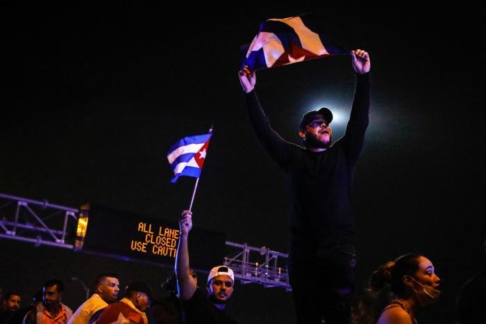 Peste 100 de persoane au fost arestate în urma protestelor din Cuba. O persoană a murit iar internetul a fost întrerupt