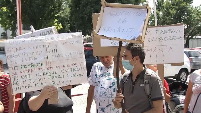 Dragnea așteptat la Rahova de câțiva susținători cu pancarte