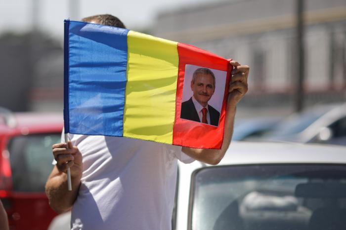"""Liviu Dragnea, întâmpinat la Rahova de câțiva susținători cu pancarte care scandează """"Libertate!"""""""