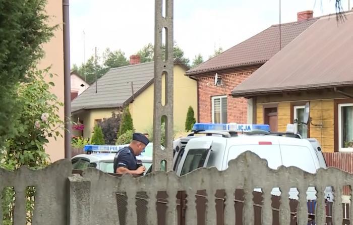 Familie executată în casă cu mai multe focuri de armă, un copil a scăpat după ce s-a ascuns în spatele canapelei. Criminalul este căutat de 9 zile în toată Polonia