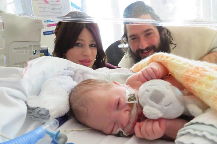 Tatăl, Abraham Fixsler, alături de mama şi fiica, Alta, în spital