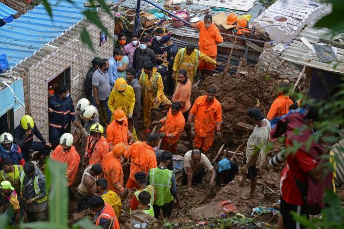 Salvatorii caută supravieţuitori, după ce mai multe case s-au prăbuşit în urma unor alunecări de teren, în Mumbai