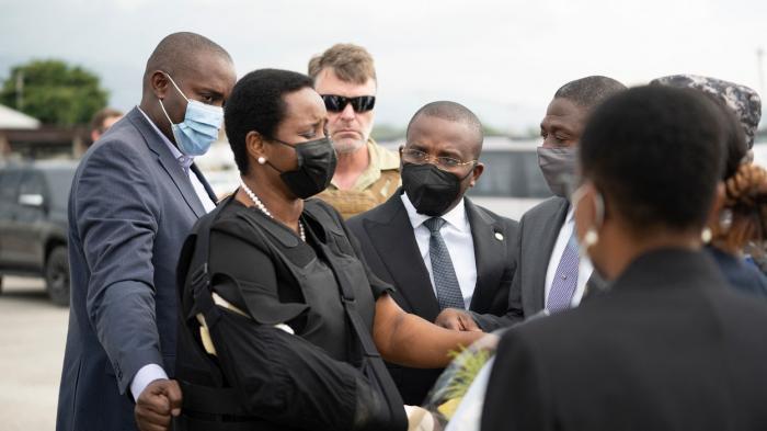 Martine Moise, cu vestă antiglonț pe aeroport
