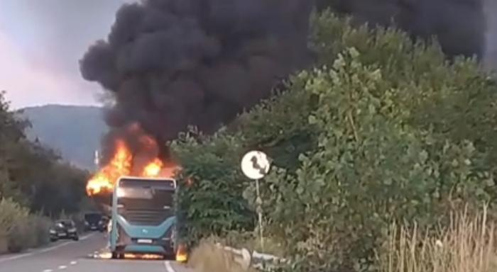 Un autobuz electric a luat foc la ieşirea din Dej. Călătorii au coborât imediat ce au sesizat fumul
