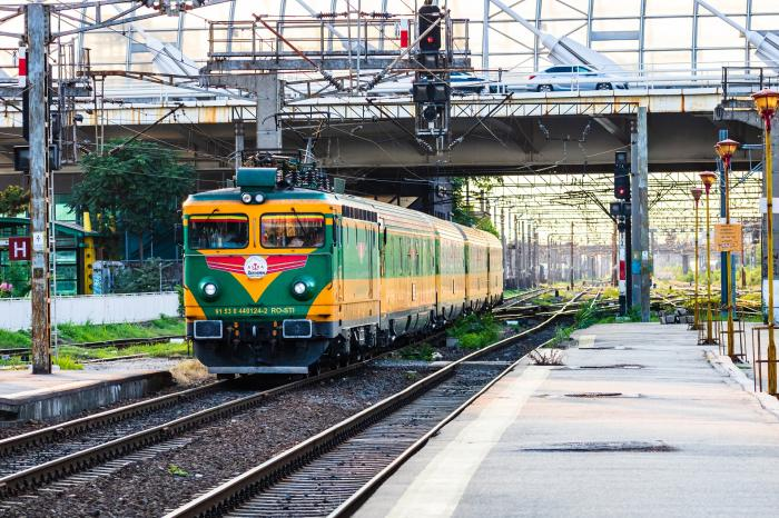 """Pasageri ținuți într-o căldură înfernală, pe ruta București-Constanța, după o defecțiune la o locomotivă: """"Mor de sete, mi-a venit rău în tren!"""""""