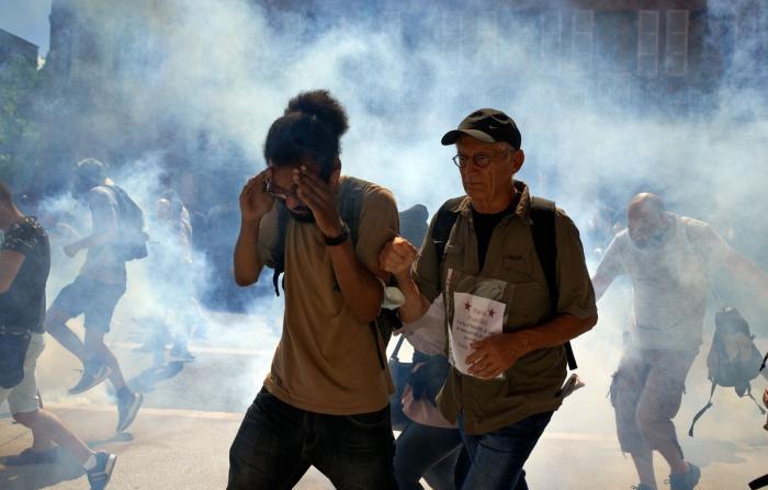 Francezii protestează împotriva măsurilor propuse de autorităţi