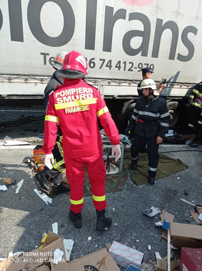 Dos camiones y un camión colapsaron DN 6, entre Orşova y Turnu Severin.  Uno de los conductores murió aplastado en la cabina.