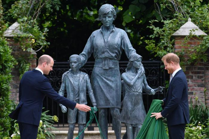 Prinţul Harry şi prinţul William au participat la dezvelirea statuii mamei lor