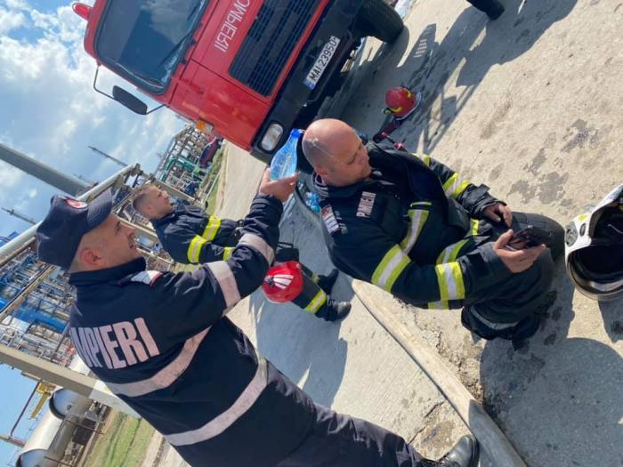 Imagini cu pompierii eroi care au intervenit la Petromidia. Și-au riscat viața, într-o căldură infernală, pentru a stinge incendiul devastator