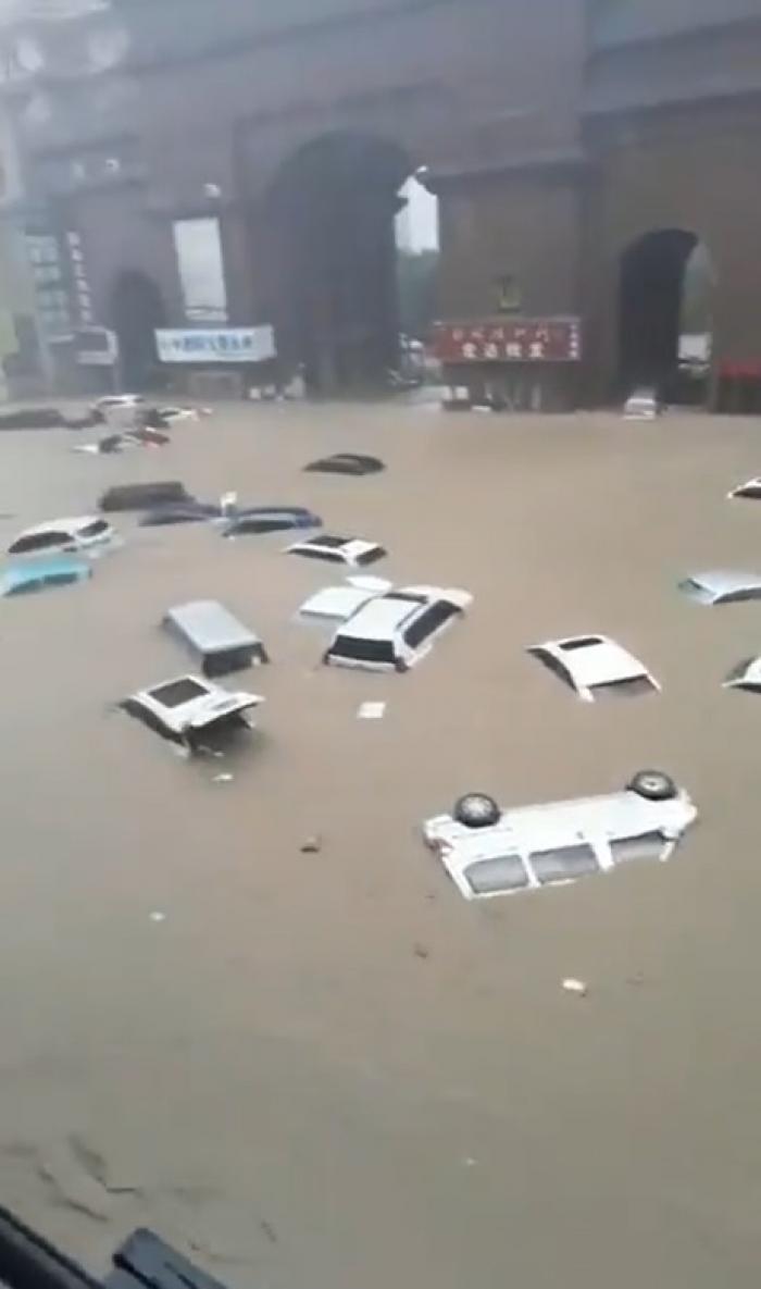 În provincia Henan din China a plouat în 3 zile cât într-un an. Pasageri cu apa până la umeri, în metroul din Zhengzhou