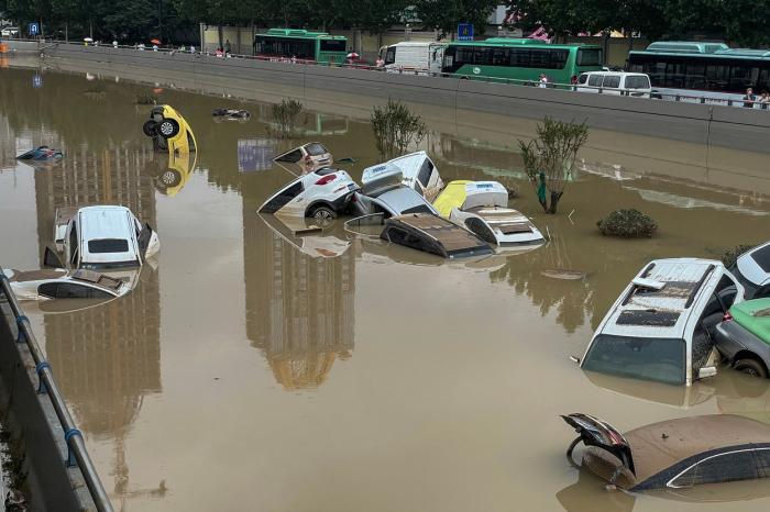 """Mărturii după potopul care a lovit centrul Chinei. Sute de oameni și-au văzut moartea cu ochii la metrou: """"Mamă, nu o să scap!"""""""