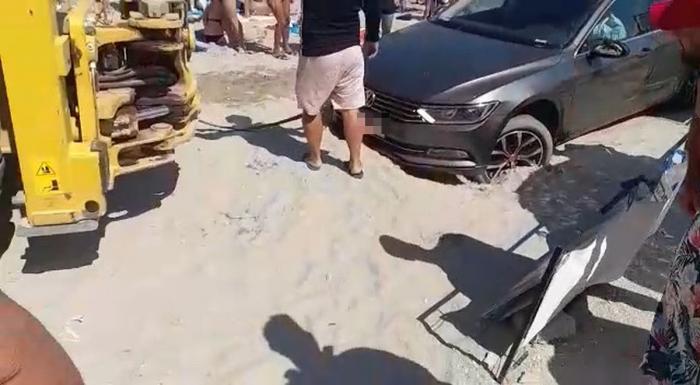 Operaţiunea de tractare a unui şofer din nisipul de pe plaja din Saturn