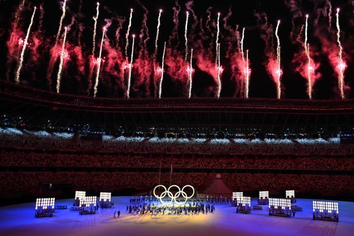 Ceremonia de deschidere a Jocurilor Olimpice. Sportivii defilează pe un stadion de 1,5 miliarde de dolari, aproape gol