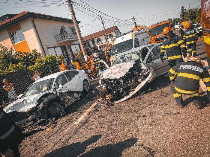 Accident teribil cu 8 victime, între care un copil de 1 an şi jumătate, după ce două maşini s-au izbit frontal, în Constanţa